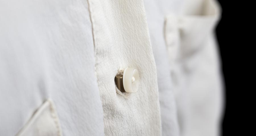 6060 unter weißer Kleidung versteckt